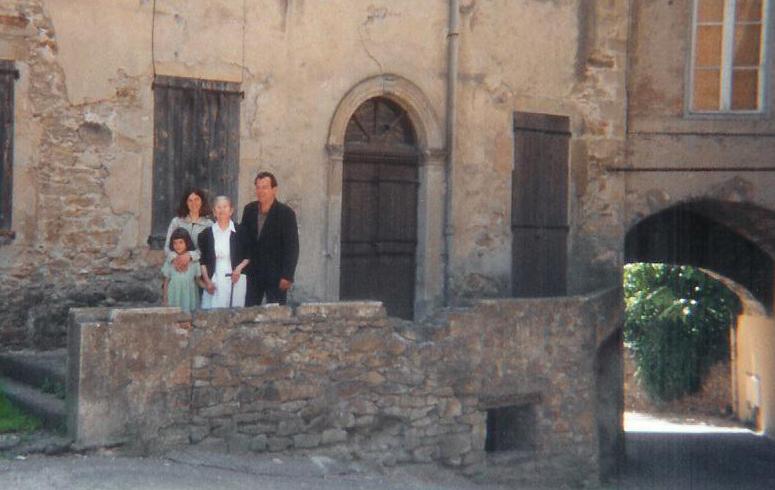 En famille devant la maison qui l'a vue naître