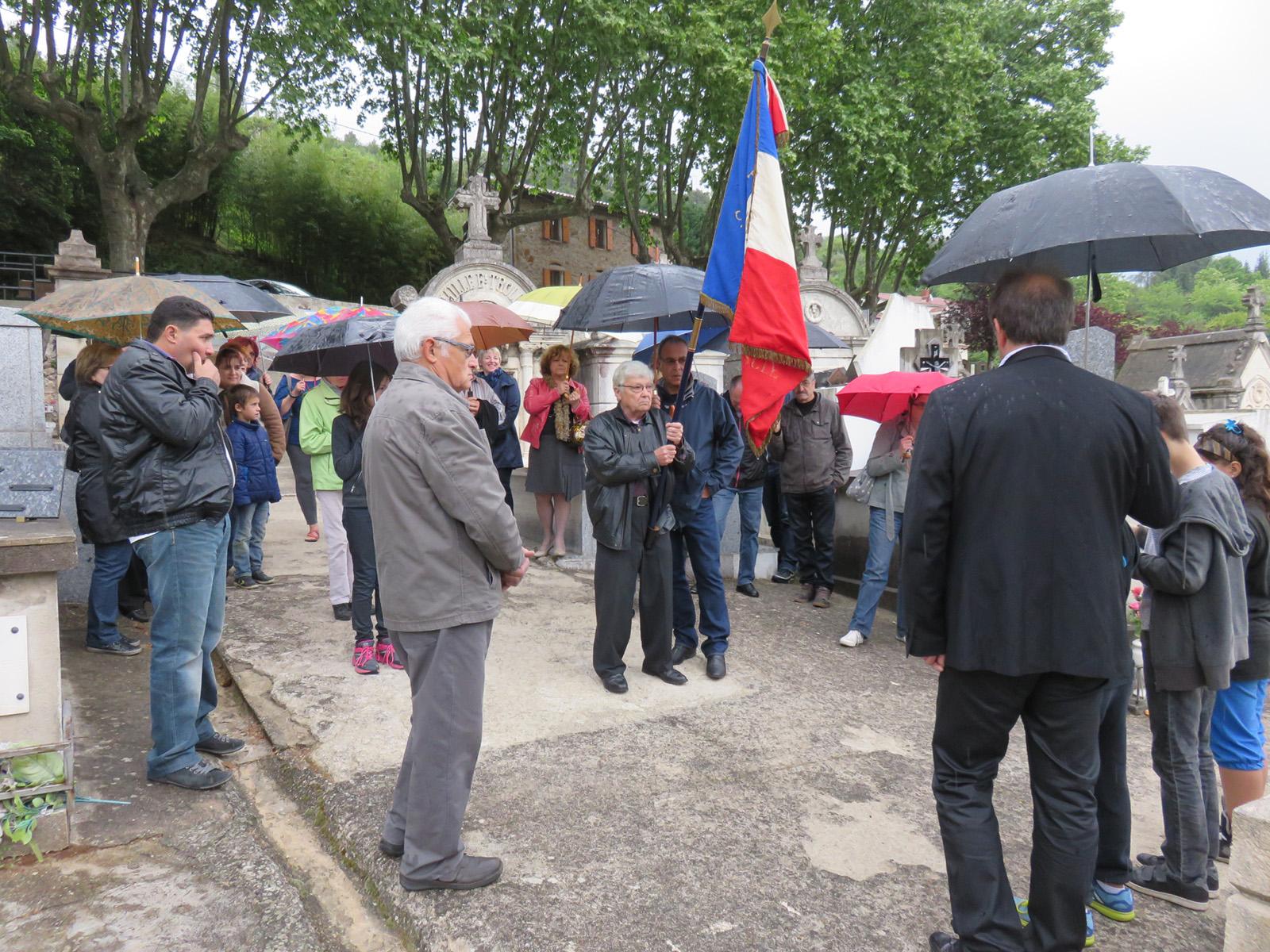 Le porte drapeau avait ouvert le défilé