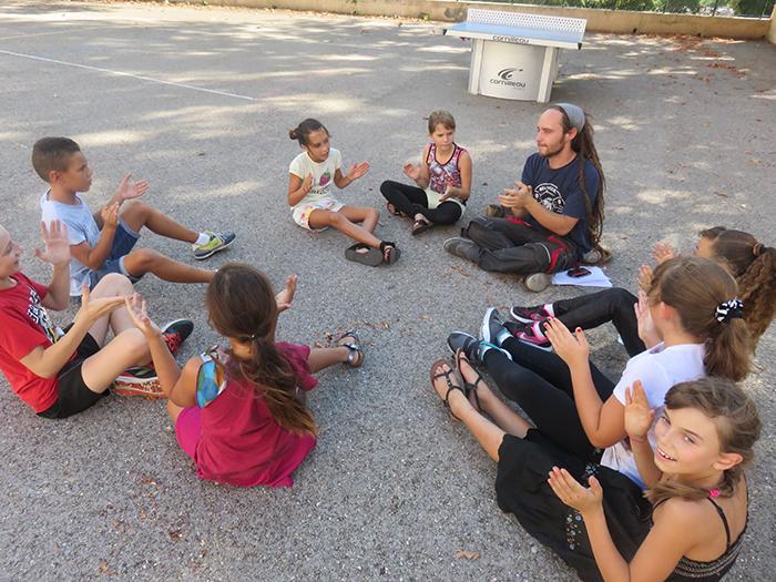 Avec Grégory, les enfants apprennent à marquer le tempo
