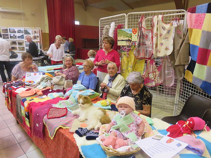 Bonnets, écharpes, couvertures voici le stand des tricoteuses assidues de la St Jeannaise