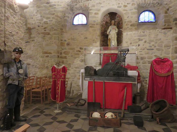 Outils et accessoires du travail au fond du trou décoreront la chapelle de Ste Barbe