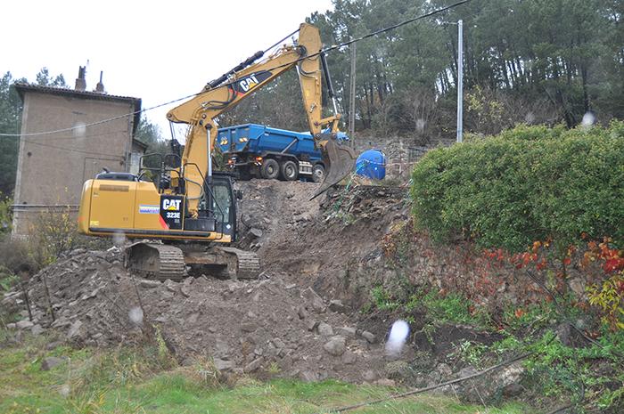 Travaux préparatoires avant la mise en place des blocs de rocher