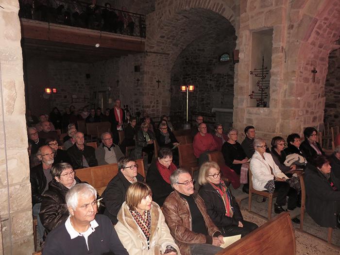 Le public était nombreux et a été invité à participer pour accompagner certains chants traditionnels de Noël