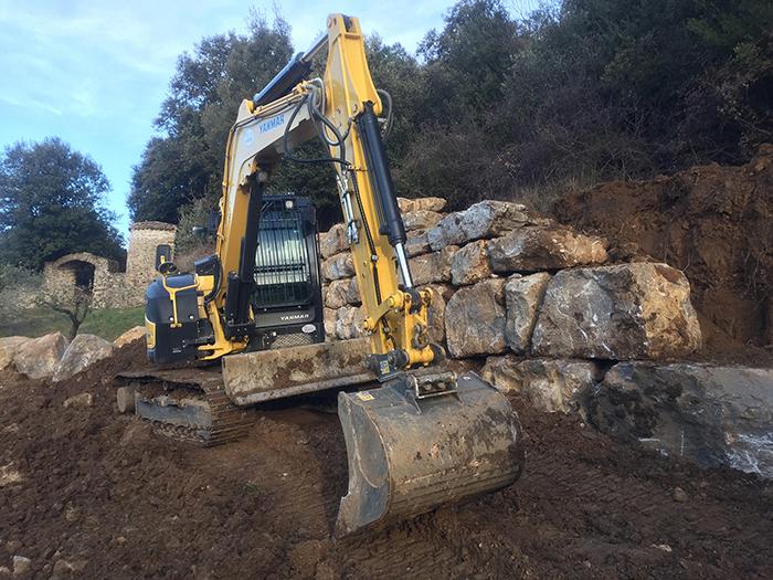 Il a fallu un gros engin pour mettre en place ces énormes rochers