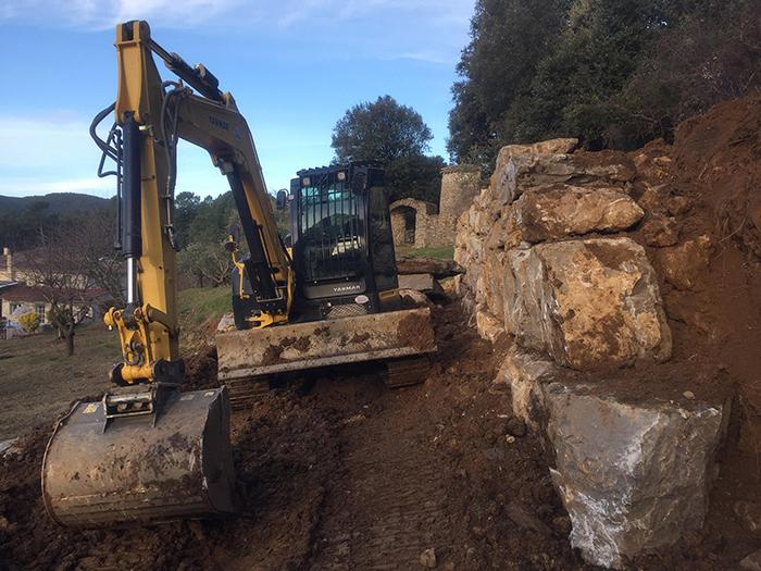 Un important travail de terrassement a été nécessaire avant de poser les roches