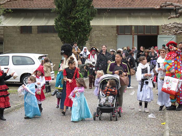 Le défilé carnavalesque a débuté par une pluie de confettis