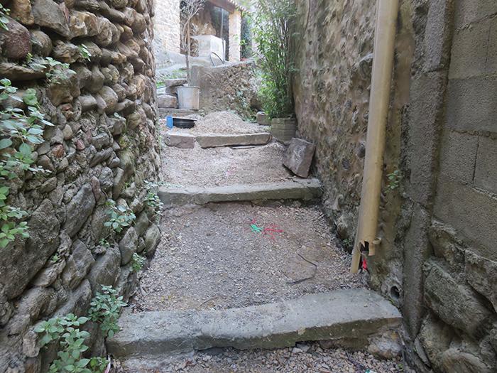 Dans la rue de la source, les escaliers en pierre seront conservés