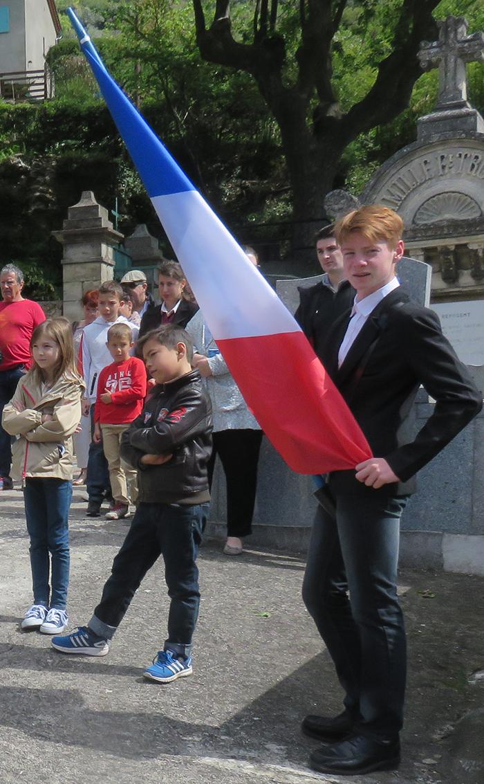 Grégory Clarté jeune porte drapeau pour les cérémonies commémoratives