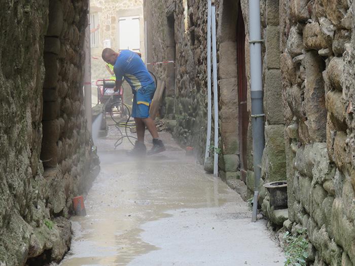 Pas facile de travailler dans ces ruelles étroites !