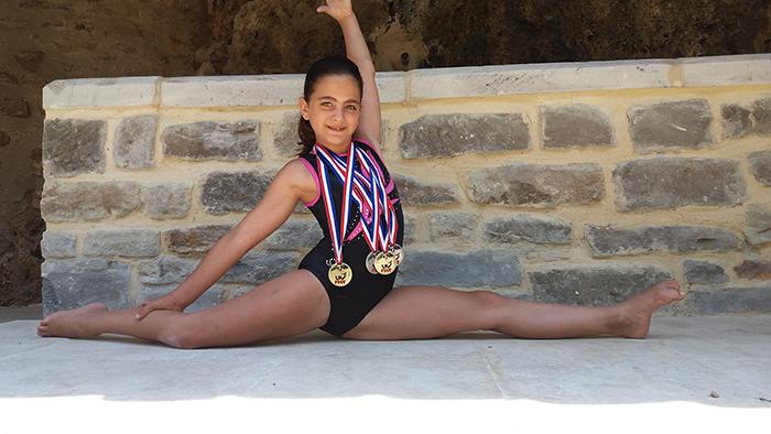 En tenue de gymnaste, Louane présente ses médailles