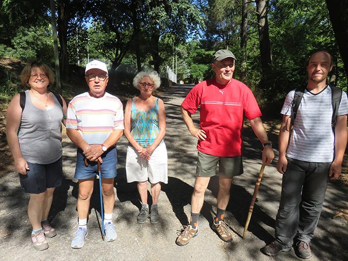 Une équipe de marcheurs fait la pose à l'ombre des acacias