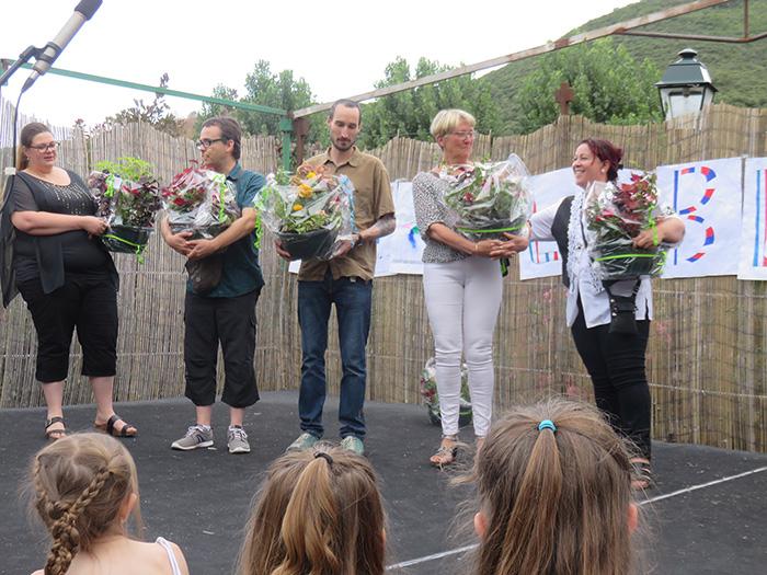 Enseignants et aides sur le départ ont reçu de magnifiques compositions florales
