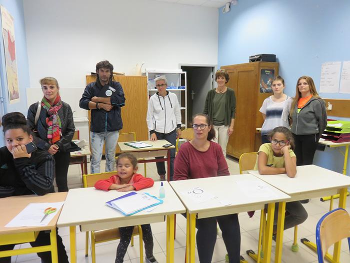 Parents et enfants ont été attentifs aux explications de la chef d'établissement