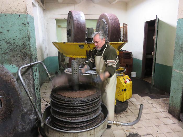 La pâte est déposée sur des disques en sisal et la presse est montée