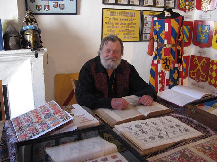 Fondateur du musée, Régis Germain, érudit en héraldique, se plaisait à fouiller dans les vieux grimoires