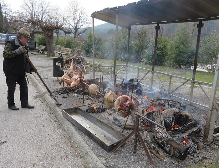 Joël a veillé toute la matinée à la cuisson du cochon à la broche