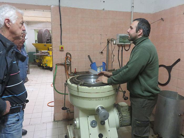 Le technicien explique les bonnes pratiques pour une bonne utilisation de la centrifugeuse