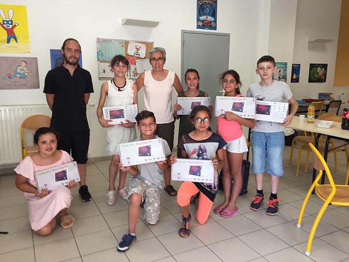 Grégory et Cathy ont remis les tablettes offertes par la municipalité