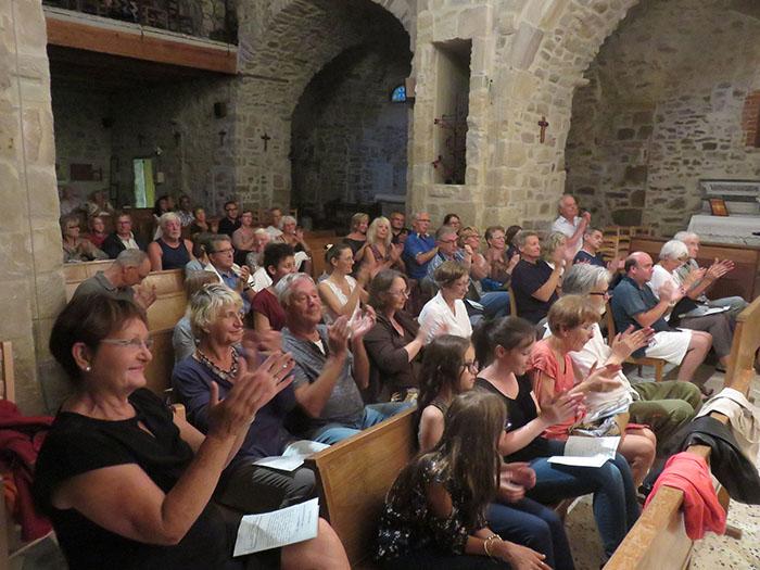 Le public enthousiaste a applaudi chaleureusement les artistes
