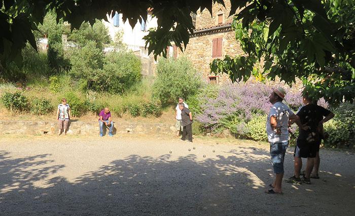 A l'ombre ou au soleil, des parties disputées pour le concours de boules