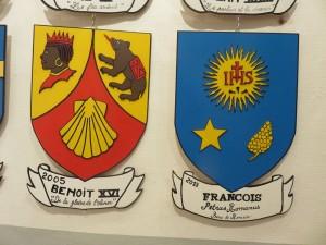 APRÈS CELUI DE BENOIT XVI, LE MUSÉE S'EST ENRICHI DU BLASON DU PAPE FRANÇOIS